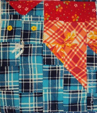 Мое первое одеяло, делала в 2010г. на основе старого пледа. Правда без всякой систематизации, просто накопились байковые лоскутики, решила наконец-то сшить из них одеяло о котором давно мечтала. Плюс старая бабушкина вышивка которую было жалко выкинуть и вот результат.  фото 2