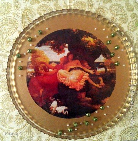 Декоративное блюдо, которое замечательно украсит полки в гостиной или на кухне.  В своё время было сделано на школьный проект, теперь решаю поделиться своей идеей оформления простой стеклянной посуды. Техника - обратный декупаж, краска - золотая эмаль.   Прошу простить неаккуратность работы, всё-таки первый школьный проект, а первый блин... фото 1