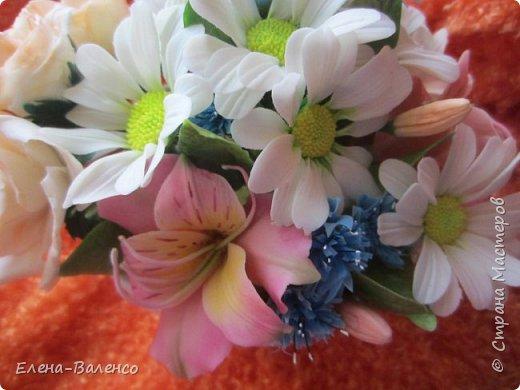 """Доброго денечка, страна и ее жители. Я сегодня к Вам с маленькой летней композицией. Сперва была идея сделать букетик жиденький, как говориться, таким что бы цветочек за цветочком гонялся. Но муж запротестовал. Попросил сделать """"набитый"""" букетик. Вот что получилось. фото 9"""