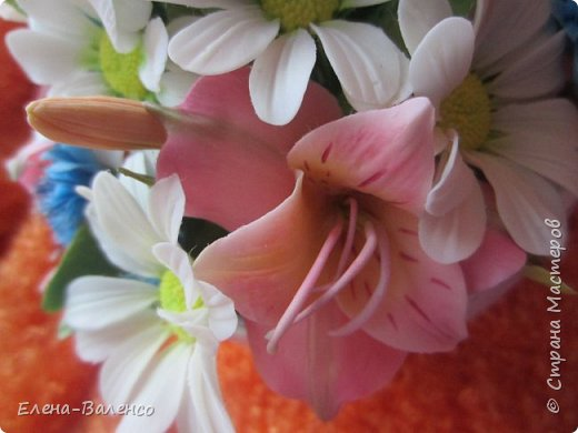 """Доброго денечка, страна и ее жители. Я сегодня к Вам с маленькой летней композицией. Сперва была идея сделать букетик жиденький, как говориться, таким что бы цветочек за цветочком гонялся. Но муж запротестовал. Попросил сделать """"набитый"""" букетик. Вот что получилось. фото 7"""