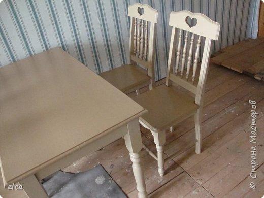 """Давно вынашивала идею сделать мебель для дачи в стиле кантри. Очень помогла великолепная книга Билла Хилтона """"Работы по дереву"""". Материалы: готовый мебельный щит(сосна), берёза(вставки на спинках), ножки стола и стульев переточены из готовых балясин. Инструменты: электролобзик, фрезер,токарный станок, дрель. фото 3"""