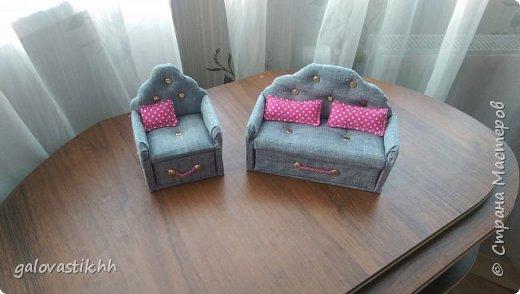 У дочурки скоро день рождение, решили подарить домик-стеллаж, а что бы куколкам не было грустно, решила сделать мебель для них))) фото 3