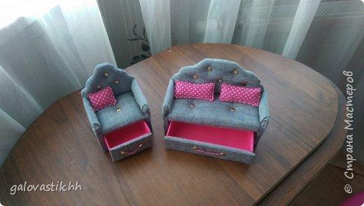 У дочурки скоро день рождение, решили подарить домик-стеллаж, а что бы куколкам не было грустно, решила сделать мебель для них))) фото 4