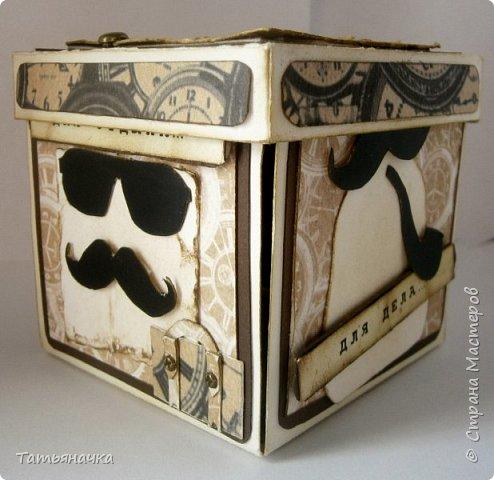 Открытка для мужчины, не обычной формы в виде коробочки. Сделана из кардстока, фон скрапбумага, украшена вырезными элементами. Размер 10х10. фото 3