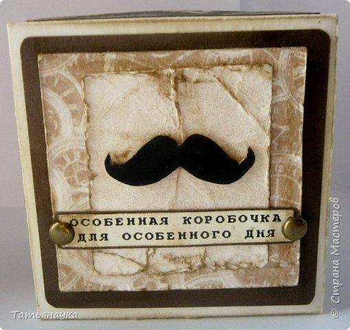 Открытка для мужчины, не обычной формы в виде коробочки. Сделана из кардстока, фон скрапбумага, украшена вырезными элементами. Размер 10х10. фото 4