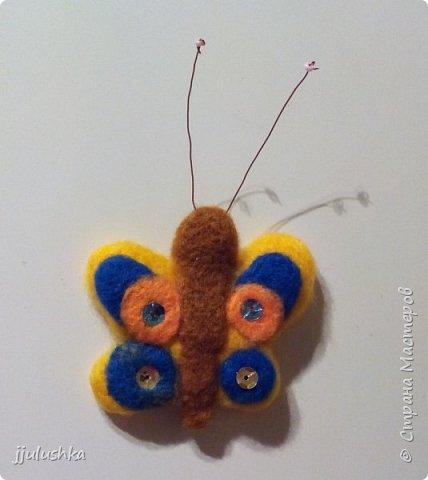 Решила попробовать новый для себя вид творчества - валяние. Вот, сваляла бабочку, приклеила магнит и - на холодильник. :) Для валяния покупала готовый набор.