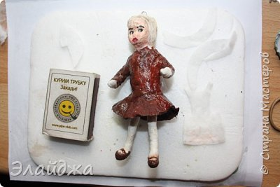 Вот  еще я к Вам с одной игрушкой. Кто не помнит коричневую школьную форму , красные галстуки и пилотки -да только те, кто не жил в СССР. Очень понравилась  работа Оли Симаковой http://stranamasterov.ru/node/978588, насмотрелась на неё и себе решила сделать, только когда она получилась поняла, что моя слишком серьезная, наверное уже в  старших классах учится. фото 2