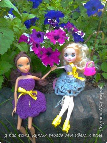 делаем ооак 2 куклы крис кос ,потому что я с ней дружу и живём мы на одной улице а эпл моя она моя первая эверашка у неё серая юбка и она справа фото 4