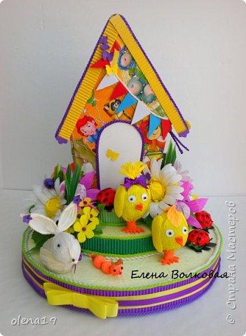 Домик - подарок на день рождения мальчика Вани. Конфеты внутри домика, в цветочках и зверюшки из конфет. Ване исполняется 5 лет. Думаю, что автомобили, мотоциклы, корабли подождут! фото 1