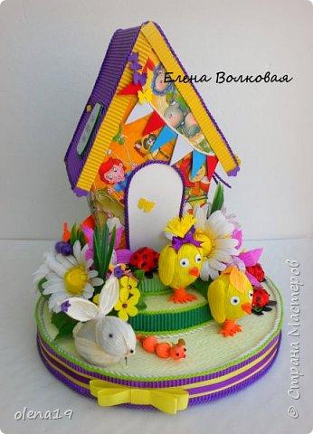 Домик - подарок на день рождения мальчика Вани. Конфеты внутри домика, в цветочках и зверюшки из конфет. Ване исполняется 5 лет. Думаю, что автомобили, мотоциклы, корабли подождут! фото 2