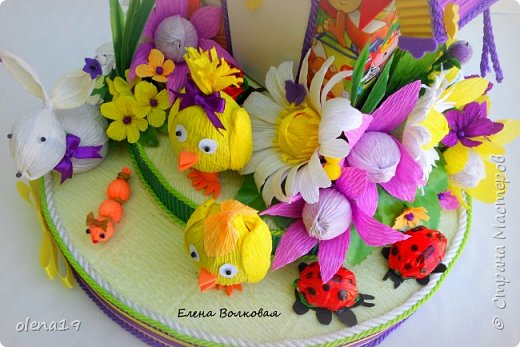 Домик - подарок на день рождения мальчика Вани. Конфеты внутри домика, в цветочках и зверюшки из конфет. Ване исполняется 5 лет. Думаю, что автомобили, мотоциклы, корабли подождут! фото 5