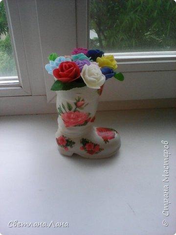 Соседка попросила сделать в садик поделку...у меня был старый...красного цвета ...пластмассовый башмак...все хотела его выкинуть...однако и он пригодился...получилась цветочная ваза.. фото 1