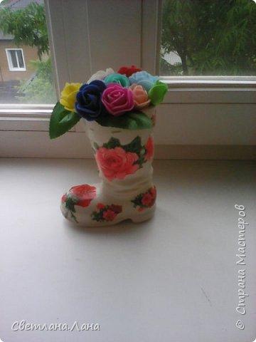 Соседка попросила сделать в садик поделку...у меня был старый...красного цвета ...пластмассовый башмак...все хотела его выкинуть...однако и он пригодился...получилась цветочная ваза.. фото 2