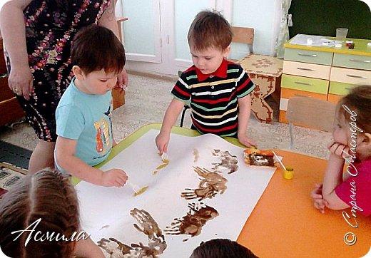 Создали с малышами семейный портрет. Использовали различные способы рисования. Каждый внёс свой вклад. Теперь картина висит в нашей раздевалке и настраивает на добрый лад. фото 4