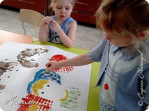 Создали с малышами семейный портрет. Использовали различные способы рисования. Каждый внёс свой вклад. Теперь картина висит в нашей раздевалке и настраивает на добрый лад. фото 5