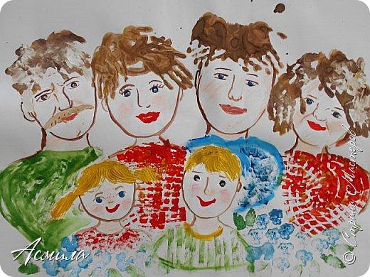 Создали с малышами семейный портрет. Использовали различные способы рисования. Каждый внёс свой вклад. Теперь картина висит в нашей раздевалке и настраивает на добрый лад. фото 1
