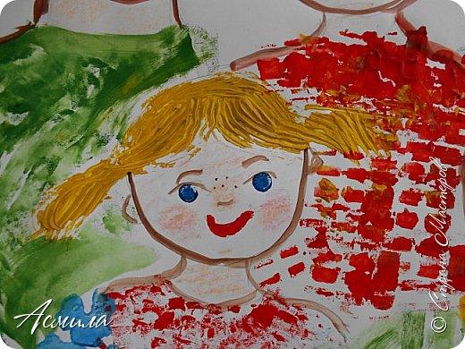 Создали с малышами семейный портрет. Использовали различные способы рисования. Каждый внёс свой вклад. Теперь картина висит в нашей раздевалке и настраивает на добрый лад. фото 7