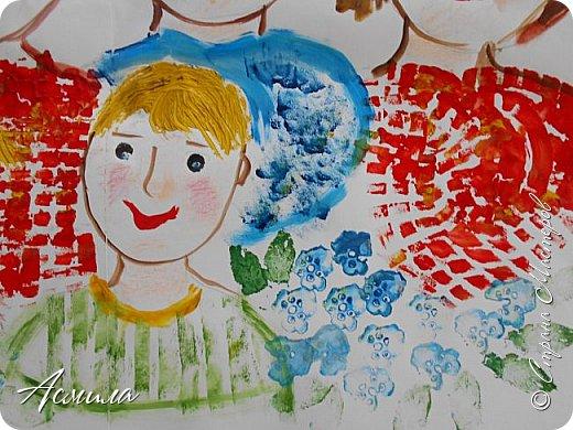 Создали с малышами семейный портрет. Использовали различные способы рисования. Каждый внёс свой вклад. Теперь картина висит в нашей раздевалке и настраивает на добрый лад. фото 8
