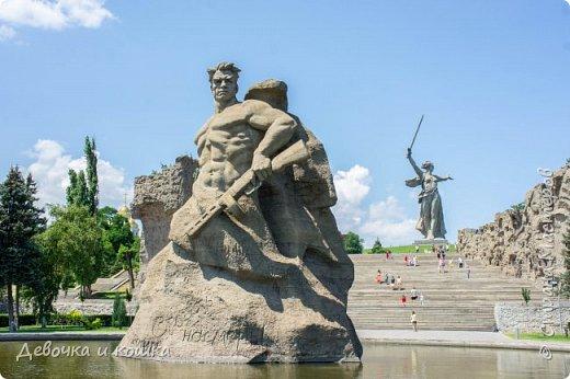 Привет. Я недавно была в Волгограде на 3 дня. В этом городе очень круто. Мы были на Мамаевом кургане, в Планетарии, в панораме Сталинградской битвы, около разрушенного здания, в краеведческом музее и просто гуляли по городу. Мама не всегда давала мне фотоаппарат. Но я всё равно не обижена, потому что сделала много хороших фотографий.