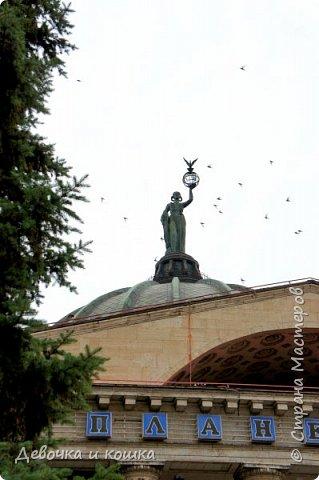 Привет. Я недавно была в Волгограде на 3 дня. В этом городе очень круто. Мы были на Мамаевом кургане, в Планетарии, в панораме Сталинградской битвы, около разрушенного здания, в краеведческом музее и просто гуляли по городу. Мама не всегда давала мне фотоаппарат. Но я всё равно не обижена, потому что сделала много хороших фотографий. фото 12