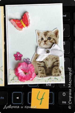 """Всем привет. Это моя новая серия АТС про котят. Эти картинки я взяла из зоомагазина """"Четыре лапы"""". Они были на рекламке и я их вырезала.  Я сделала всё объёмное. И бабочки и цветочки. Внутри цветочков золотые сердечки (брадс). Бантики мне завязала мама, а я их прошила для крепкости. И ещё сверху добавила блестючки. Отдам котят в хорошие руки :) фото 5"""