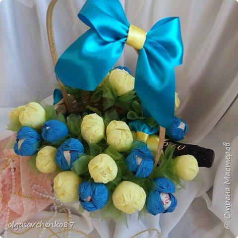 Букет крокусов. В составе: две упаковки конфет рафаэлло и алкогольный сюрприз =))))  фото 4