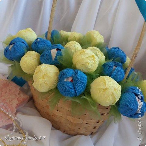 Букет крокусов. В составе: две упаковки конфет рафаэлло и алкогольный сюрприз =))))  фото 3