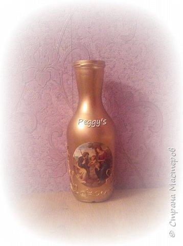 Сегодня я решила показать свою бутылку для святой воды. Она не только служит удобной ёмкостью для хранения, но и совсем не портит своим видом  интерьер.  Вот так выглядит наша бутылочка: фото 1