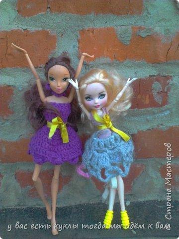 делаем ооак 2 куклы крис кос ,потому что я с ней дружу и живём мы на одной улице а эпл моя она моя первая эверашка у неё серая юбка и она справа фото 11