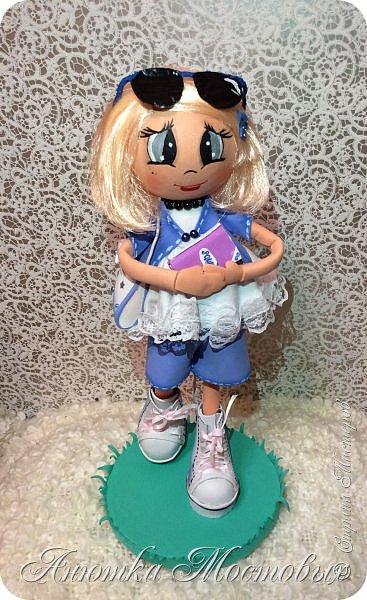 Решила по экспериментировать) куклу сделать не просто из фома, а немного разнообразить) Волосы -из атласной ленты, плюс мягкая футболочка) Очки-сьемные, при желании можно убрать)  фото 1