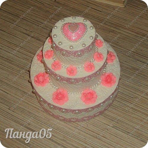 """Здравствуйте!  я к вам с очередной коробочкой) Заказчица поставила задачу,сделать """"что нибудь,чтобы подарить на годик ложечку серебряную,в бело розовых тонах"""". Кусочки тортика я уже делала,торт из этих самых кусочков делала,маленькие тортики в коробочках делала...Так почему бы не сделать торт для ложечки? Размер ее определил размер нижнего яруса. В средний ярус положится денежка. А самый верхний ярус не открывается.  Бант на упаковке съемный. Собственно,это даже не просто бант,а резинка для волос,потом именинница будет носить,как подрастет)) фото 4"""