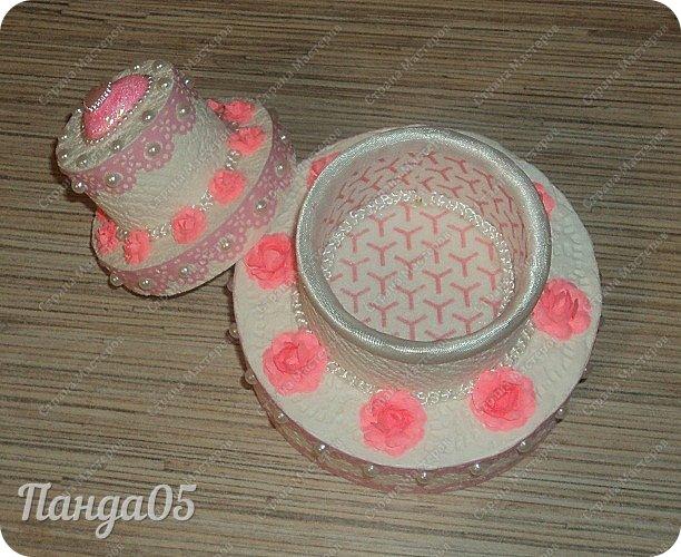 """Здравствуйте!  я к вам с очередной коробочкой) Заказчица поставила задачу,сделать """"что нибудь,чтобы подарить на годик ложечку серебряную,в бело розовых тонах"""". Кусочки тортика я уже делала,торт из этих самых кусочков делала,маленькие тортики в коробочках делала...Так почему бы не сделать торт для ложечки? Размер ее определил размер нижнего яруса. В средний ярус положится денежка. А самый верхний ярус не открывается.  Бант на упаковке съемный. Собственно,это даже не просто бант,а резинка для волос,потом именинница будет носить,как подрастет)) фото 6"""