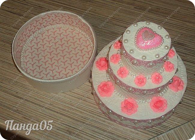 """Здравствуйте!  я к вам с очередной коробочкой) Заказчица поставила задачу,сделать """"что нибудь,чтобы подарить на годик ложечку серебряную,в бело розовых тонах"""". Кусочки тортика я уже делала,торт из этих самых кусочков делала,маленькие тортики в коробочках делала...Так почему бы не сделать торт для ложечки? Размер ее определил размер нижнего яруса. В средний ярус положится денежка. А самый верхний ярус не открывается.  Бант на упаковке съемный. Собственно,это даже не просто бант,а резинка для волос,потом именинница будет носить,как подрастет)) фото 8"""