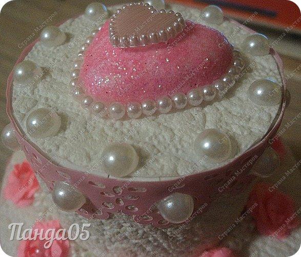 """Здравствуйте!  я к вам с очередной коробочкой) Заказчица поставила задачу,сделать """"что нибудь,чтобы подарить на годик ложечку серебряную,в бело розовых тонах"""". Кусочки тортика я уже делала,торт из этих самых кусочков делала,маленькие тортики в коробочках делала...Так почему бы не сделать торт для ложечки? Размер ее определил размер нижнего яруса. В средний ярус положится денежка. А самый верхний ярус не открывается.  Бант на упаковке съемный. Собственно,это даже не просто бант,а резинка для волос,потом именинница будет носить,как подрастет)) фото 3"""