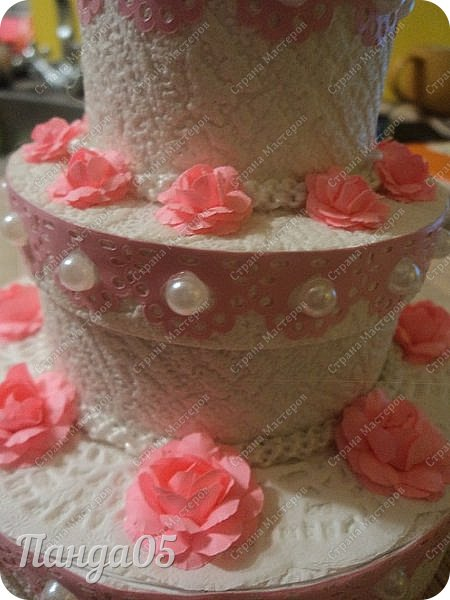 """Здравствуйте!  я к вам с очередной коробочкой) Заказчица поставила задачу,сделать """"что нибудь,чтобы подарить на годик ложечку серебряную,в бело розовых тонах"""". Кусочки тортика я уже делала,торт из этих самых кусочков делала,маленькие тортики в коробочках делала...Так почему бы не сделать торт для ложечки? Размер ее определил размер нижнего яруса. В средний ярус положится денежка. А самый верхний ярус не открывается.  Бант на упаковке съемный. Собственно,это даже не просто бант,а резинка для волос,потом именинница будет носить,как подрастет)) фото 5"""