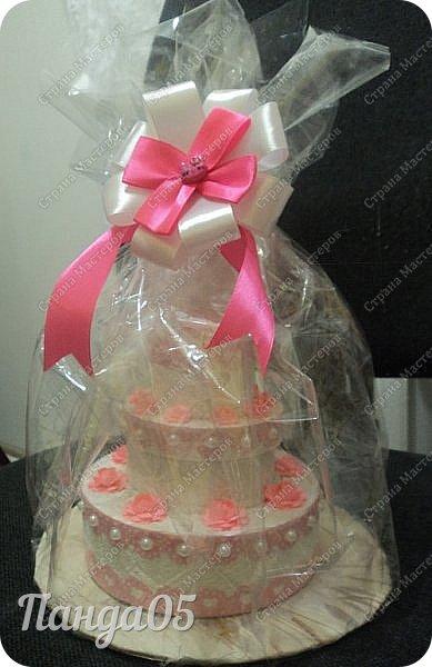 """Здравствуйте!  я к вам с очередной коробочкой) Заказчица поставила задачу,сделать """"что нибудь,чтобы подарить на годик ложечку серебряную,в бело розовых тонах"""". Кусочки тортика я уже делала,торт из этих самых кусочков делала,маленькие тортики в коробочках делала...Так почему бы не сделать торт для ложечки? Размер ее определил размер нижнего яруса. В средний ярус положится денежка. А самый верхний ярус не открывается.  Бант на упаковке съемный. Собственно,это даже не просто бант,а резинка для волос,потом именинница будет носить,как подрастет)) фото 1"""