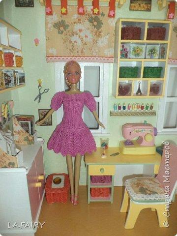 Когда мой кукольный домик был почти достроен, а в каждой комнате было достаточное количество мебели, а больше всего было, конечно, шкафчиков, причем пока еще пустых, наполненных лишь вешалками для одежды... захотелось мне собственно эту одежду смастерить своими руками.  Поскольку  крючком для вязания я немножко владела, то решила начать наполнение гардероба для кукол с вязанных изделий.  Пробежалась по различным сайтам в поисках описаний каких-нибудь куколкиных одёжек. И вот что у меня получилось связать для нашей куклы-мамы и куклы-тёти... фото 15