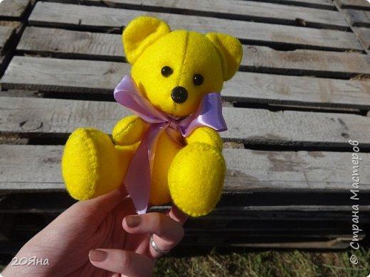 """Солнечный мишка сшит из мягкого фетра. (Цвет называется """"Желтый банан""""!) Внутри - синтепон. Рост 14 см. Умеет сидеть, стоять и дарит радость! фото 2"""