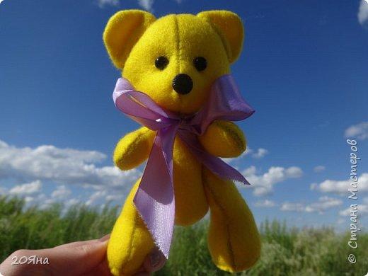 """Солнечный мишка сшит из мягкого фетра. (Цвет называется """"Желтый банан""""!) Внутри - синтепон. Рост 14 см. Умеет сидеть, стоять и дарит радость! фото 3"""
