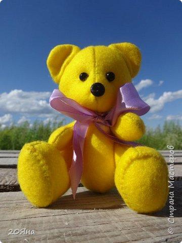"""Солнечный мишка сшит из мягкого фетра. (Цвет называется """"Желтый банан""""!) Внутри - синтепон. Рост 14 см. Умеет сидеть, стоять и дарит радость! фото 1"""