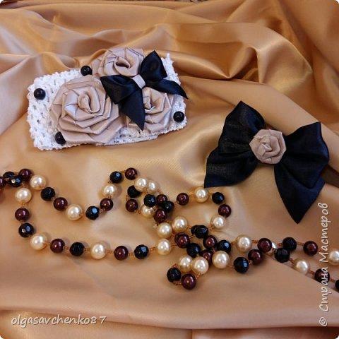Ну что приступим к обзору))) Попроси у меня сделать аксессуары под платье для маленькой леди (1год )на платье такие же цветы ( заводские) , повязка на голову, но мне этого показалось мало и сделала повязочку на ручку на резинке.....может кто то скажет что очень траурно.....но все вместе с платьем смотрелось очень круто..... фото 1