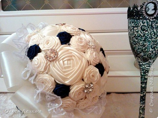 Это начало моего нового творческого проекта. Букет невесты и бокал для жениха. Бокал невесты будет в белом цвете и тоже скоро появится в этом блоге)). фото 3