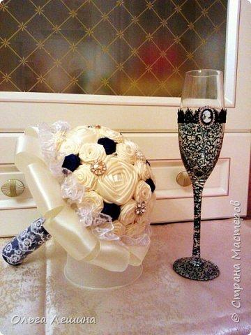 Это начало моего нового творческого проекта. Букет невесты и бокал для жениха. Бокал невесты будет в белом цвете и тоже скоро появится в этом блоге)). фото 1