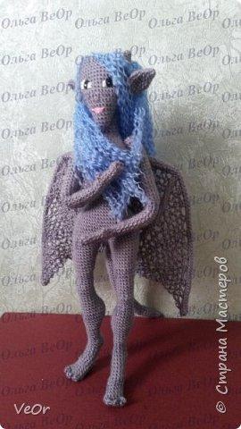 Долго готовилась к вязанию гаргульи, училась на готовых схемах кукол и игрушек, разбиралась что к чему, вязала их и узнавала, как убавить и прибавить, повернуть вязание как... и наконец поняла, что смогу связать свою, такую как я хочу, а не по готовой схеме. Гаргулья-моя первая собственная кукла. фото 2