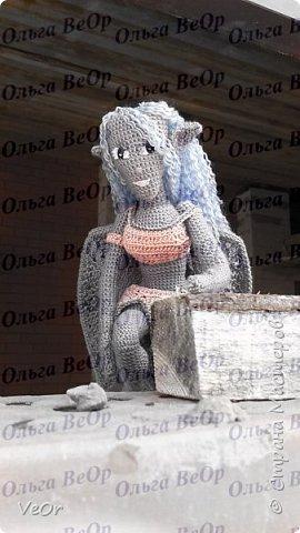 Долго готовилась к вязанию гаргульи, училась на готовых схемах кукол и игрушек, разбиралась что к чему, вязала их и узнавала, как убавить и прибавить, повернуть вязание как... и наконец поняла, что смогу связать свою, такую как я хочу, а не по готовой схеме. Гаргулья-моя первая собственная кукла. фото 5