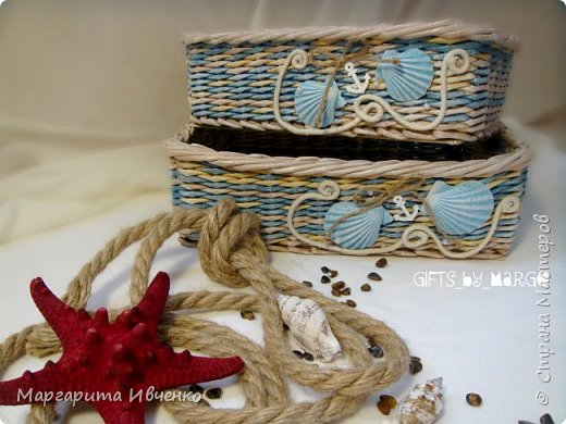 """Добрый день всем! Я сплела свою первую морскую тематику. Набор корзинок """"Лазурный берег"""" Размер (д*ш*в):Большая: 30*24*9смМаленькая: 27*18*9 см. Спица 1,5мм, полоски 10,5см, газетная кромка. Красила желтые: вм лиственница. Беж: вм орех сильно разбавленный водой. Синий: колер синий+грунтовка+лак. Грунтовала пва строительный+вода. Лак для бань и саун. Дно из картона обклеила клеющимися обоями под дерево.  Скорее всего они пойдут как приз для розыгрыша в моей группе. фото 3"""