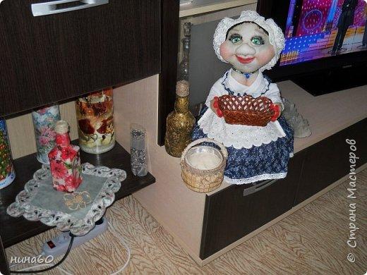 кукла для кухни-рядом бутылочка в технике пейп-арт по МК Татьяны Сорокиной и корзиночка из прищепок-на полочке декупаж на бутылке фото 1