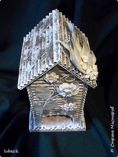 """Здравствуйте, мои дорогие соседи по Стране! Давно ничего не выставляла. Здоровье стало потихоньку разрешать заниматься творчеством, вот и натворила немного. Вы все знаете, что я обожаю работать с упаковочным картоном и у меня очень много из него поделок, а недавно я влюбилась в """"раздетый"""" картон -    http://stranamasterov.ru/node/1019828  ,   http://stranamasterov.ru/node/1022554  . Кстати, термин """"раздетый"""" картон придумала Юлечка ДиЛЛетант, мне очень понравилось это название. К моим подставочкам из этого неодетого картона придумались чайные домики. Покажу пока два. Но на подходе ещё один, пока не оформлен. Это фасад моего строения. фото 2"""