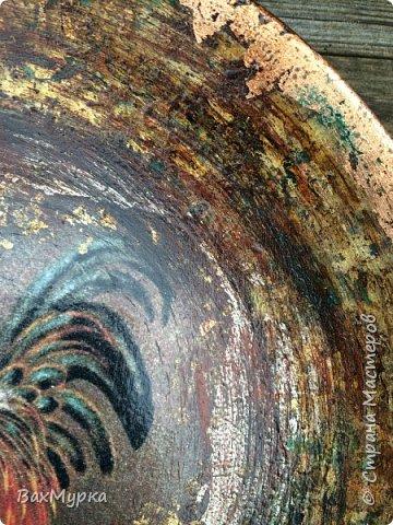 Стеклянная тарелка. Двухсторонний декор. петушок вживлен на поталь методом МОРДОЙВЛАК. Имитация окисления.  фото 3