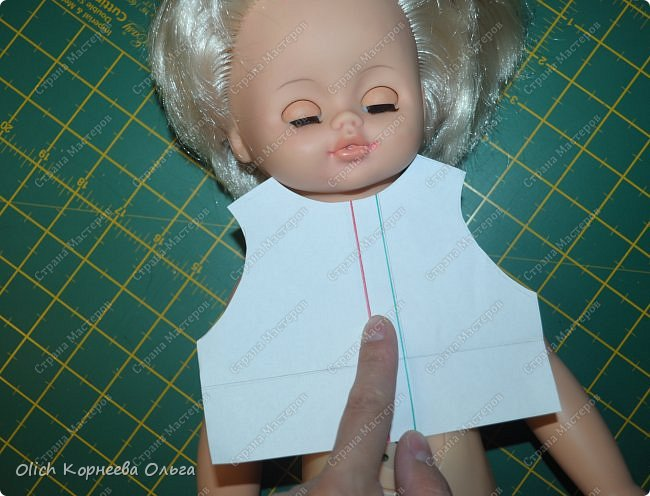 Здравствуйте, дорогие любители куколок и кукольной одежды. Перед тем как начать свой мастер-класс, сделаю небольшое отступление. Хочу предупредить, что пост получился длинным, более 120 фотографий с пояснениями. Я старалась подробно показать и объяснить все этапы пошива. Да простят меня профессиональные портнихи за это, для них многие этапы выглядят очевидно, не требуют детального описания. Кроме того одну и ту же работу можно выполнить и описать по-разному. Так что я только лишь делюсь своим опытом в изготовлении наряда для куклы. Сначала, чтобы сократить пост, я хотела разбить его на части, описывая в каждой из частей один из предметов наряда. Но после отказалась от этой мысли. Все предметы сшиты из одних и тех же тканей, в одном стиле и для одной куклы, поэтому весь мастер-класс собран в один большой пост. Еще хочу предупредить, что почти весь мастер-класс, за исключением финальных фотографий готовой работы, был снят на мобильный телефон при искусственном освещении. Фотографии неплохого качества, бывает иногда цветопередача не та, или резкость хуже, но это не страшно. Все фотографии этого поста делала моя старшая двенадцатилетняя дочка, за что ей огромное спасибо. Приятного просмотра! Это моя младшая вдохновительница. фото 19